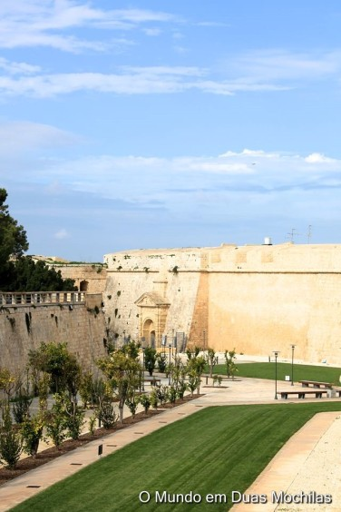 A muralha é rodeada por jardins cuidados